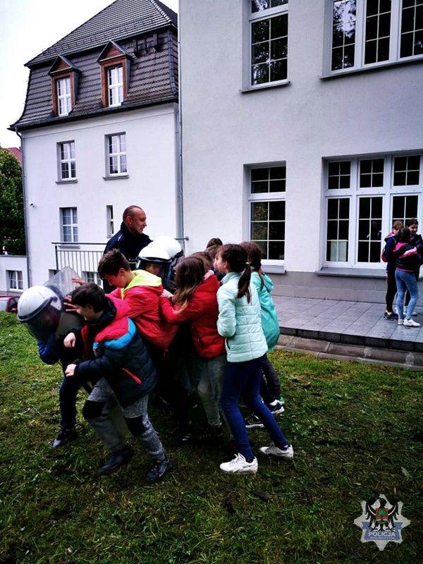 Wałbrzych: Uczniowie Szkoły Podstawowej nr 2 w Wałbrzychu odwiedzili dzielnicowych drugiego komisariatu