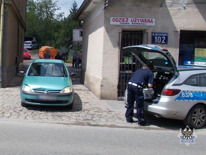 Wałbrzych: 59–letnia kierującą była kompletnie pijana i uszkodziła zaparkowany samochód