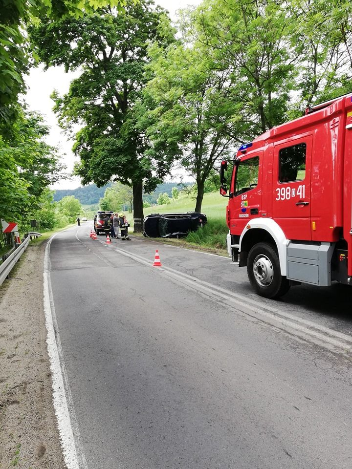 powiat wałbrzyski: Groźny wypadek pomiędzy Boguszowem a Gorcami. Rowerzyści potrąceni w Mieroszowie