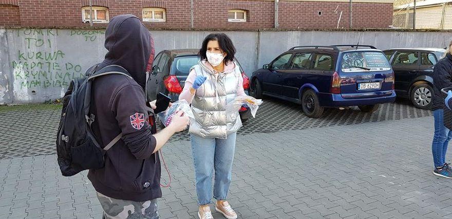 Wałbrzych: Politycy rozdają maseczki