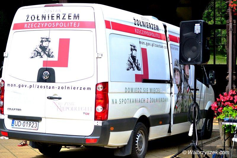 REGION, Szczawno-Zdrój: Żołnierze na deptaku