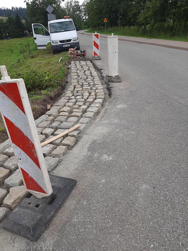 REGION, Łomnica: Brukowanie poboczy