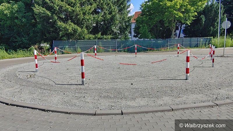 Wałbrzych: Centrum pośrodku pola