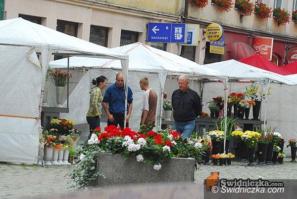 Świdnica: Kioski z kwiatami wciąż bez kwiatów, za to już przeszklone