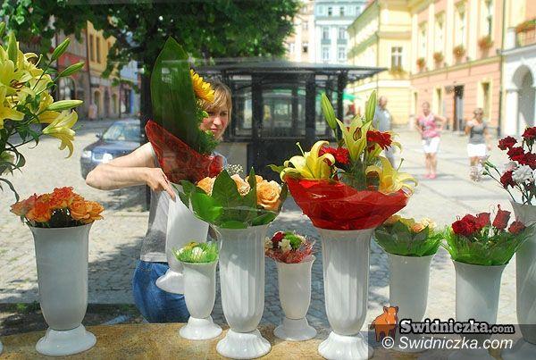 Świdnica: Kwiaciarki sprzedają już w nowych pawilonach