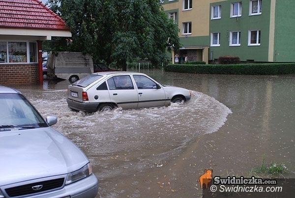 powiat świdnicki: Strażacy walczą z wodą