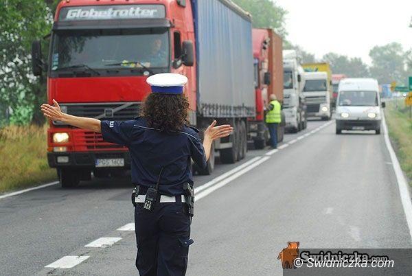 powiat świdnicki: Drogówka kontra ciężarówka