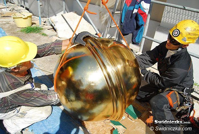 Świebodzice: Pendrive w złotej kuli wysoko nad miastem