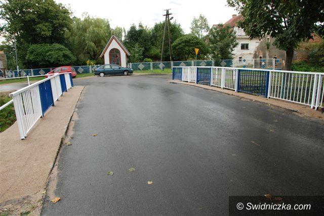 powiat świdnicki: Dwie drogi i chodnik