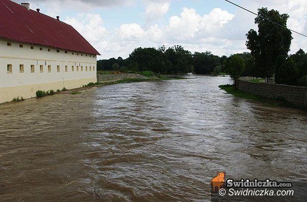 powiat świdnicki: Wzburzona woda w Bystrzycy – były zrzuty z tamy