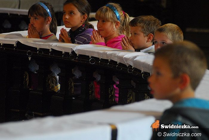 Świdnica: Pierwszoklasiści poświęcili plecaczki