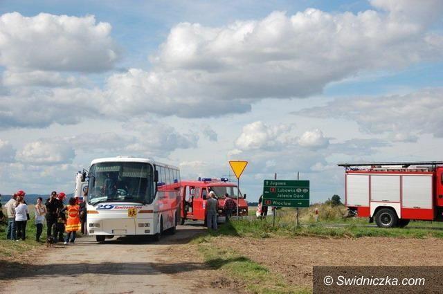 gmina Dobromierz: Kolizja na krajowej piątce z udziałem autobusu przewożącego uczniów z gminy Dobromierz