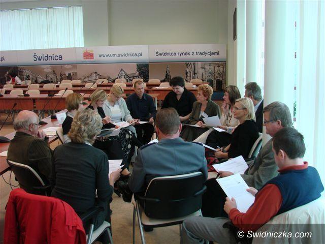 powiat świdnicki: Samorządowcy, urzędnicy, nauczyciele, a nawet mundurowi i członkowie stowarzyszeń pracują nad strategią powiatu
