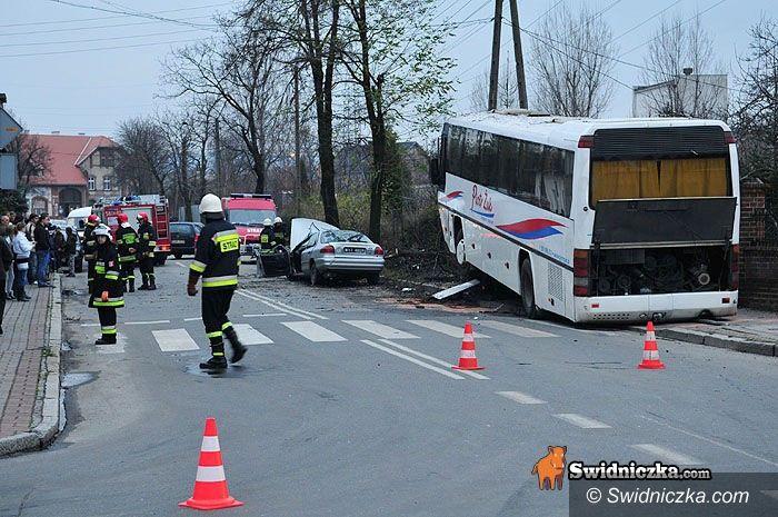Świdnica: Osobówka prowadzona przez pijanego kierowcę wjechała w autobus