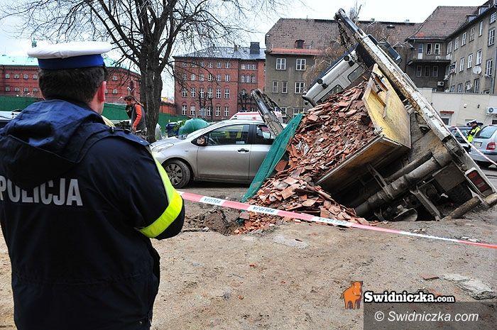 Świdnica: Ciężarówka wpadła do piwnicy