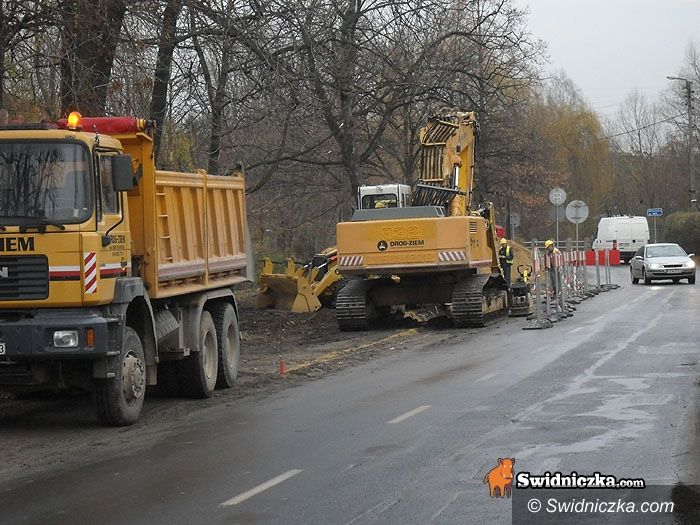 Świdnica: Kierowco uważaj, na Śląskiej bardziej wąsko niż zwykle