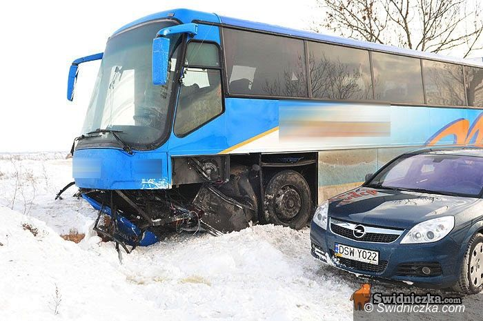 Mokrzeszów: Rover uderzył w autobus, dwie osoby ranne