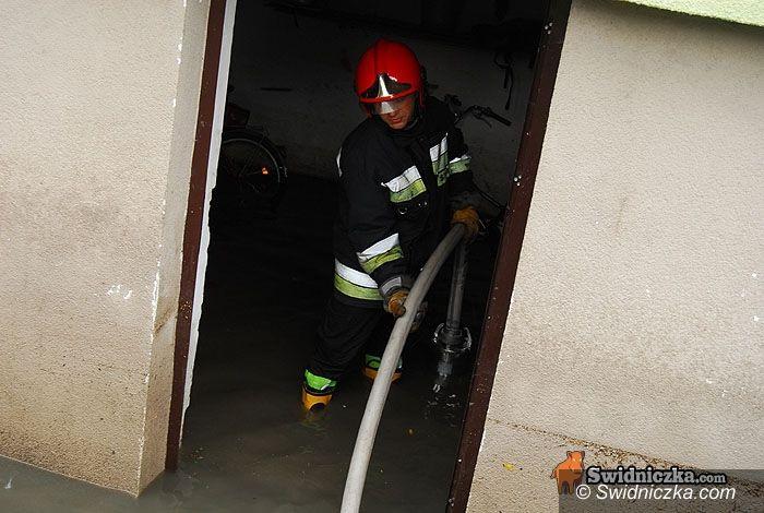 powiat świdnicki/region: Straż pożarna walczy z wodą, służby monitorują rzeki