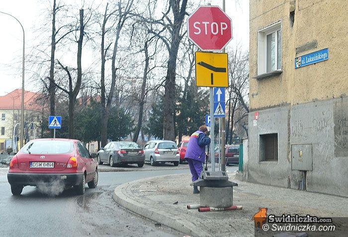 Świdnica: Znaki kładą się przy drogach