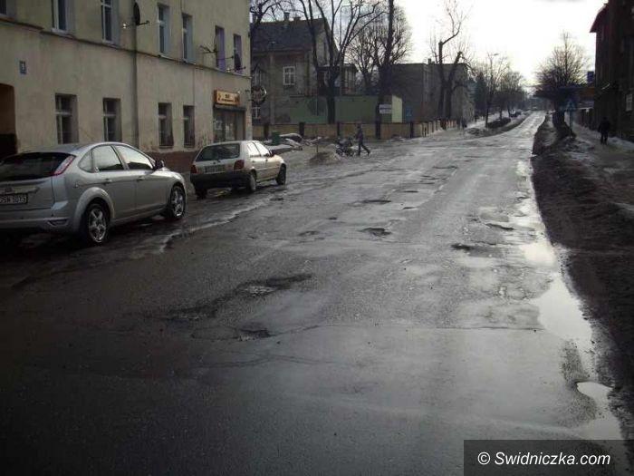 powiat świdnicki: Dziura przy dziurze, czyli slalomem po wojewódzkich szosach