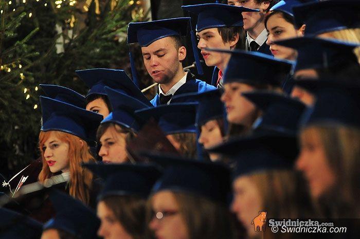 Świdnica: Kolędowanie licealnego chóru
