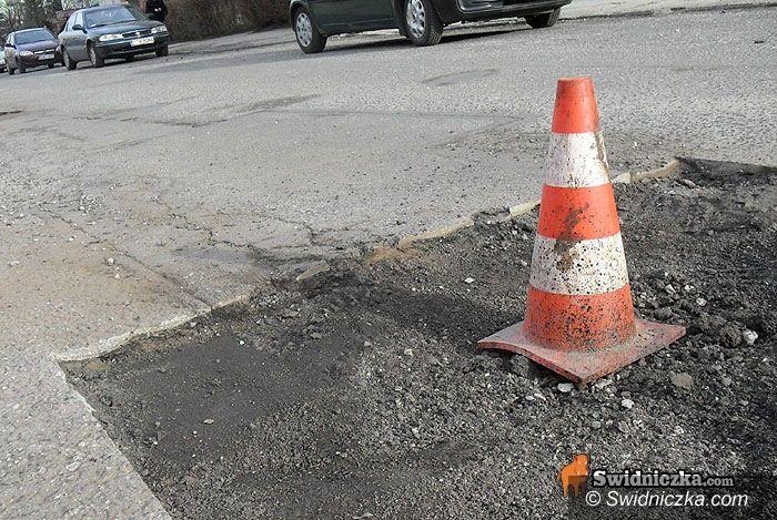 powiat świdnicki: Dziury czyhają na nasze auta, czyli horror w drodze