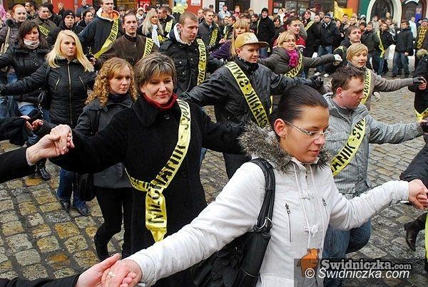 Świdnica: Maturzyści odtańczą tradycyjnego poloneza na bruku