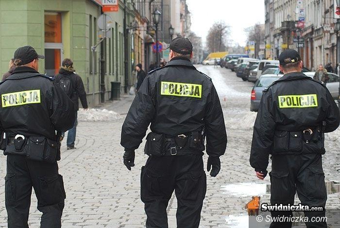 Świdnica: Policja wciąż szuka bankowego złodzieja i uciekiniera z prokuratury