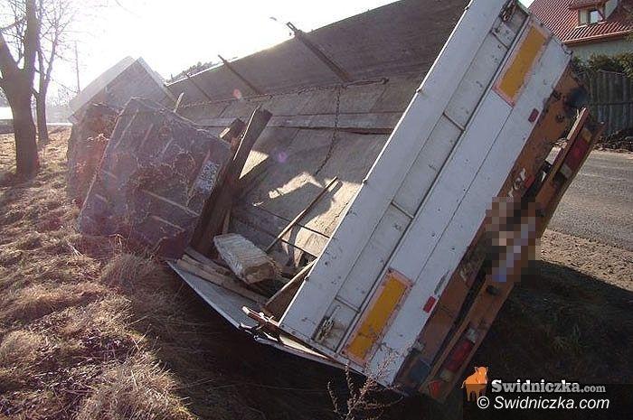 Nowy Jaworów: Ciężarówka z kamieniem w rowie
