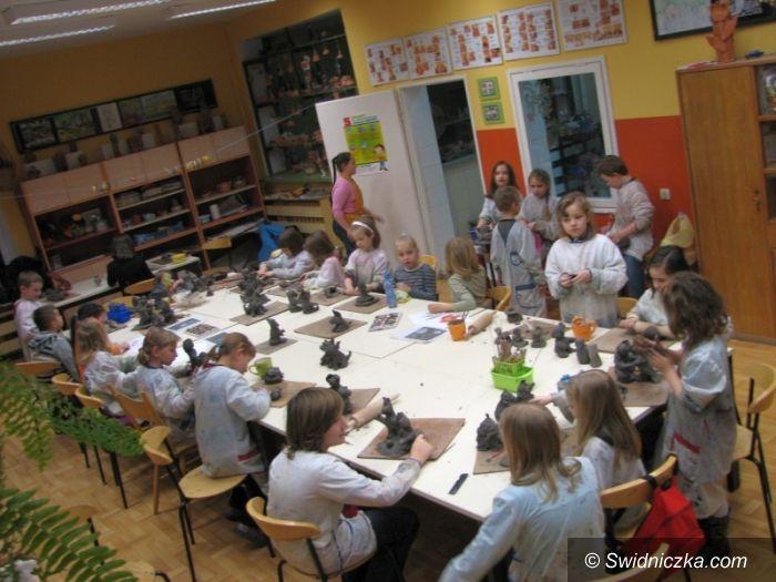 Świdnica: Warsztaty ceramiczne w MDK–u – powstały prezenty dla polskich dzieci na Litwie