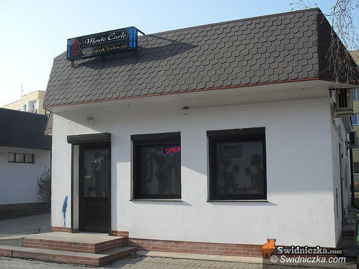 Świdnica: Nożownik – jedno kasyno obrabował na 4 tys. zł, w drugim ranił pracownicę