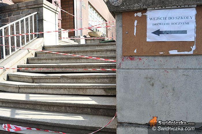 Świdnica: Wejście do szkoły grozi… zawaleniem