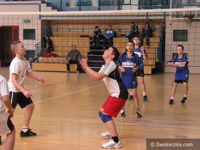 Świdnica: Turniej siatkarskich trójek dla zawodników SP 4