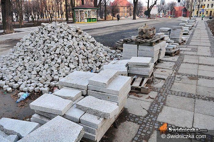 Świdnica: Przebudowa pl. św. Małgorzaty – trwa układanie chodników i korekta drzew