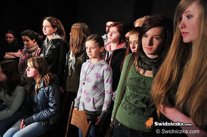 Żarów: Teatr Bezdomny: prawdziwe łzy na scenie, której młodzi nie oddadzą