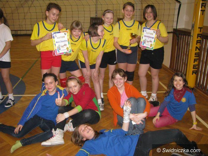Świdnica: Turniej siatkarskich dwójek dla uczennic SP 8