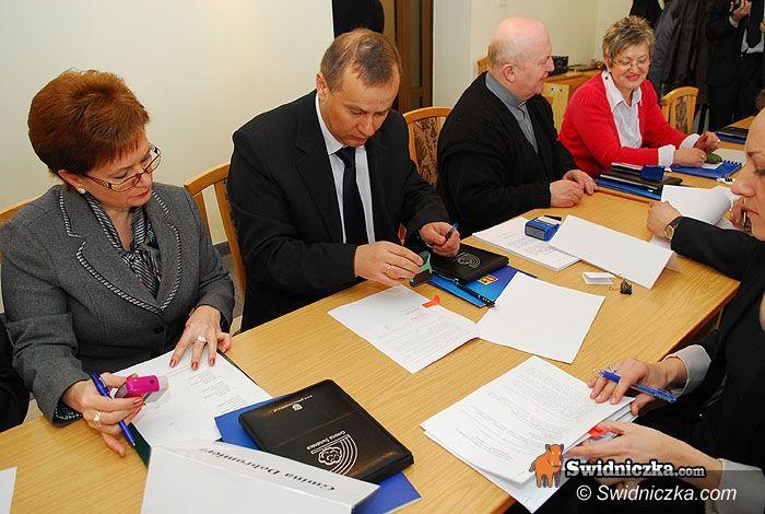 Świdnica/region: 12 podpisanych umów i 8 milionów złotych – dziś trafiło do samorządów z naszego regionu