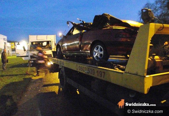 Świdinca: Peugeot rozbity w drzazgi, ranny kierowca