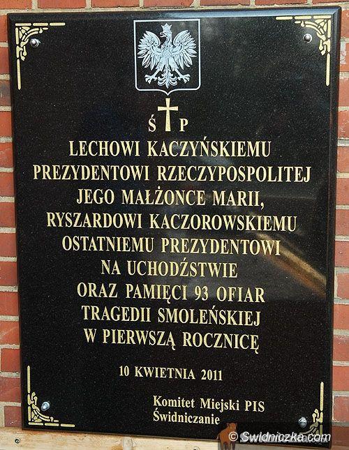 Świdncia: Tablica poświęcona ofiarom smoleńskiej tragedii już wisi