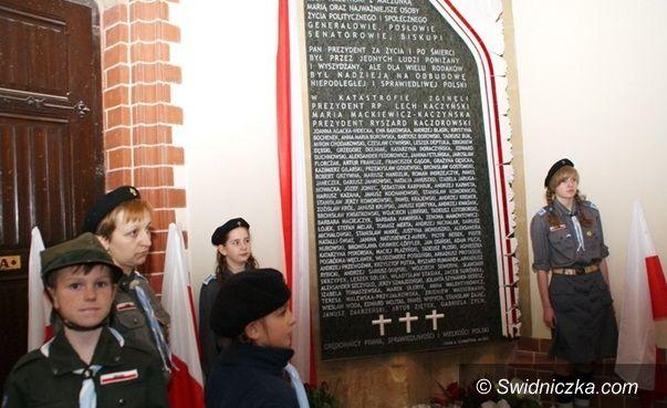 Strzegom/Legnica: Tablica wykonana przez strzegomskiego kamieniarza z 96 nazwiskami ofiar katastrofy