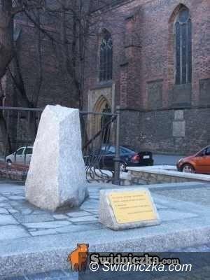 Świdnica: Do koszyczka na pomnik Papieża