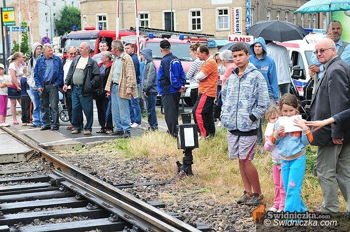 Świdnica: Tragicznie na torach – lokomotywa zmiażdżyła samochód [FOTO,VIDEO]