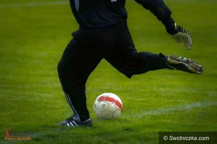 IV-liga piłkarska: Miła niespodzianka w Legnicy, pierwsze punkty AKS–u na wyjeździe