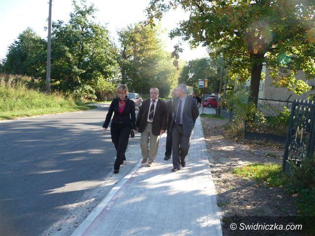 powiat świdnicki: Nowe chodniki przy drogach powiatowych
