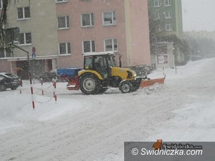 """Powiat Świdnica: """"Bezśniegowy"""" okres zimowy– marzenie drogowców i użytkowników szos."""