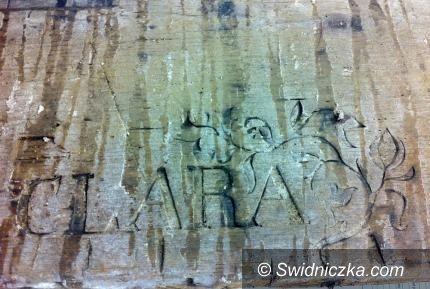 Świdnica: Dom z duszą– tajemnicze imiona wypisane na drewnianych deskach