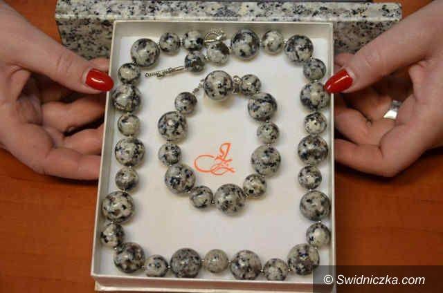 Strzegom: Biżuteria z granitu zdobi kobietę