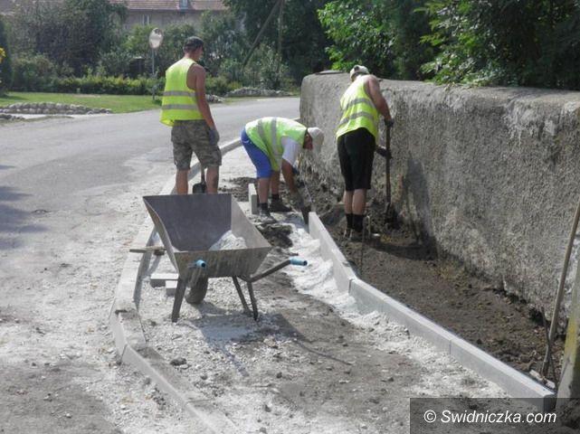 Gmina Żarów: Budują kolejne chodniki