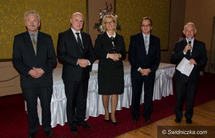 powiat świdnicki: Nagrody i podziękowania dla nauczycieli
