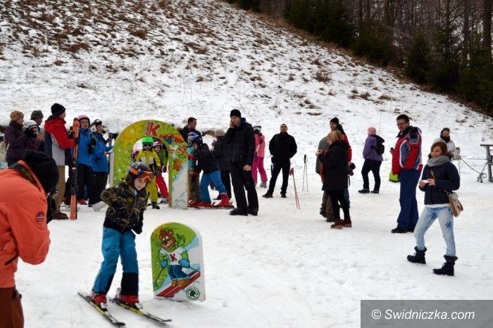 Rzeczka: Śnieżny Piknik Rodzinny w Rzeczce: komplet uczestników, śnieg na stoku